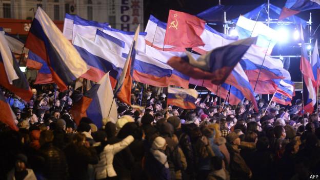 Enquanto pessoas comemoram o resultado do referendo na Praça Lênin, em Simferopol, capital da Crimeia, Washington e seus aliados condenam realização de referendo na Crimeia
