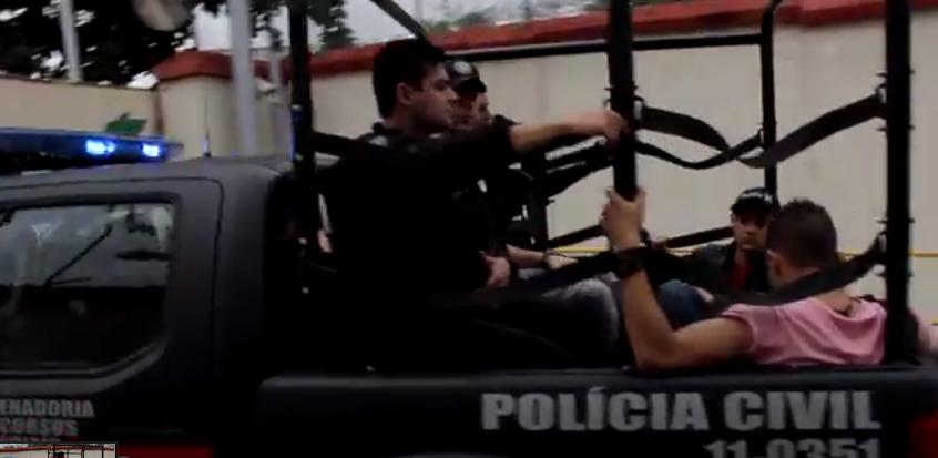 Garotos, chegam, na caçamba de uma caminhonete, para a prisão, no Rio. Decisão judicial evoca período da ditadura