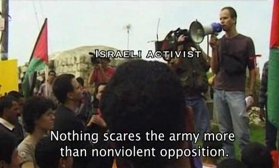 """Cena de """"Budrus"""". Filme da brasileira Júlia Bacha conta história de cidade em que palestinos e judeus uniram-se pela paz http://www.imdb.com/rg/VIDEO_PLAY/LINK//video/wab/vi3080848409/)"""