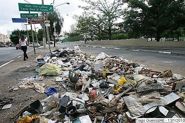 LIXO SAO PAULO 13.01.2010 JT GERAL Lixo acumulado na calçada da Avenida Pacaembu, na altura do memorial da América Latina. FOTO TIAGO QUEIROZ/AE