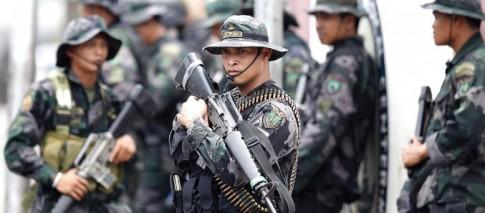 Soldados filipinos se posicionam para atacar rebeldes muçulmanos: armas ocidentais