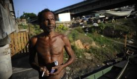 O pescador Gabriel José da Silva produz pequenas embarcações às margens do Canal do Cunha e seu barraco terá que ser removido com o processo de pacificaçãoFernando Frazão/Agência Brasil