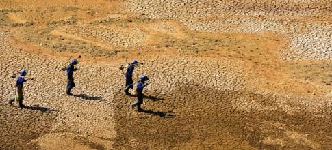 Funcionários da Sabesp caminham pelo leito seco da represa Jaguari, integrante do Sistema Cantareira. Que da o nível dos reservatórios a apenas 1/10 da capacidade revela problemas muito maiores que falta de chuva