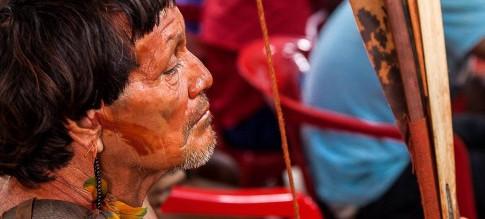 Tinha o corpo vermelho de urucum. Ereto, as mãos abraçando o arco e as flechas. O que um velho Araweté pensa dos brancos enquanto seu mundo é destruído? <p><p> Por <b>Eliane Brum</b>, no El País