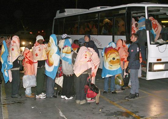Grupo de imigrantes é resgatado em alto-mar e chega à ilha italiana de Lampedusa