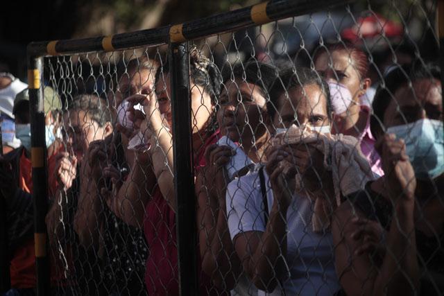 Sobreviventes e familiares de vítimas ainda tentam entender como 359 pessoas morreram num incêndio em uma penitenciária de Honduras