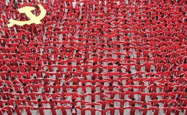 (Estudantes formam a bandeira do Partido Comunista Chinês durante a celebração de seu 90° aniversário)