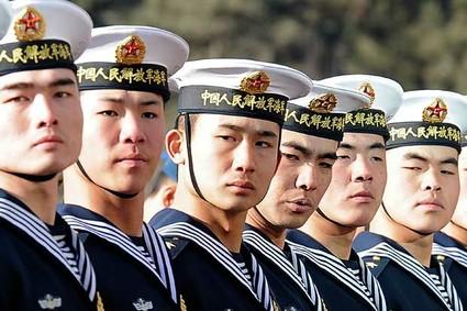 """Marinheiros chineses perfilam-se em cerimônia de recepção ao secretário de Defesa dos EUA. Para Ramonet, """"Beijing suporta cada vez menos a presença militar dos EUA na Ásia"""""""