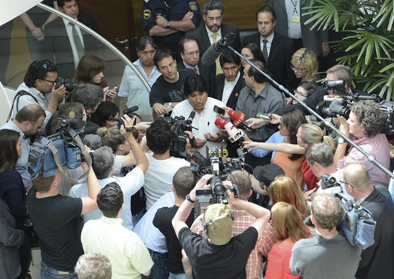 Morales dá entrevista no aeroporto de Viena, antes de embarcar rumo a La Paz. Avião foi impedido de pousar em países europeus