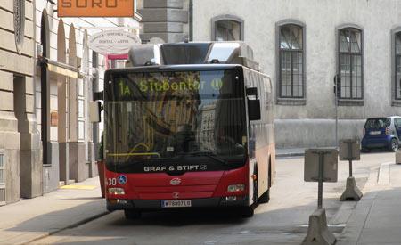 O conteúdo do EcoDesenvolvimento.org está sob Licença Creative Commons. Para o uso dessas informações é preciso citar a fonte e o link ativo do Portal EcoD. http://www.ecodesenvolvimento.org/posts/2013/julho/usando-trilhos-de-bonde-viena-da-licao-em?tag=cidades-sustentaveis#ixzz2ZLF3VcZF  Condições de uso do conteúdo  Under Creative Commons License: Attribution Non-Commercial No Derivatives  A  empresa pública de transporte da  cidade tinha como objetivo reduzir a poluição do ar ao adotar o sistema elétrico, mas tinha um desafio: faltava dinheiro para criar infraestrutura.