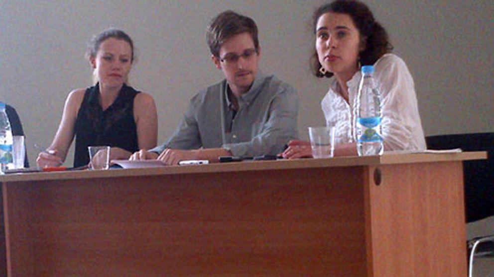 À esquerda do Sr. Snowden vê-se Sarah Harrison, conselheira jurídica enviada por WikiLeaks; à direita do Sr. Snowden, uma tradutora.