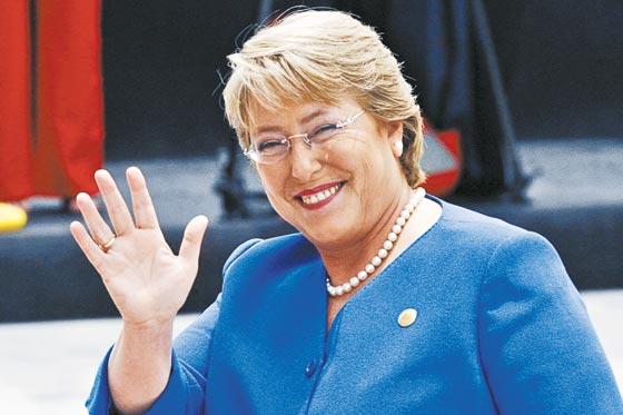 Michelle Bachelet, a primeira mulher eleita presidente no Chile em 2006, formada em medicina na Alemanha, começou a militar no Partido Socialista, clandestinamente.