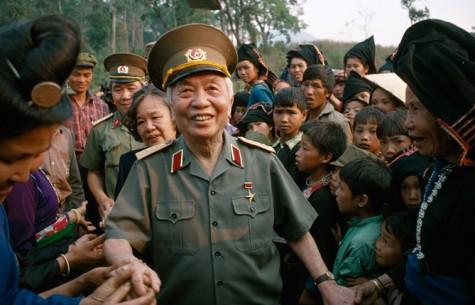 De volta a Dien Bien Phu, quarenta anos após vencer os franceses. Abnegação dos soldados e unidade profunda com camponeses eram conceitos-chave para Gia