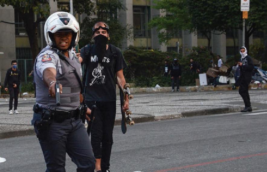 """Policial aponta arma instantes antes de disparar e ferir fotógrafo: """"foi besteira"""", diz a vítima"""