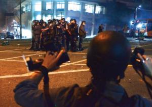 PMs apontam arma contra fotógrafo em São Paulo (13/7/2013): tiros de balas de borracha a menos de 20 metros e atuação desastrosa