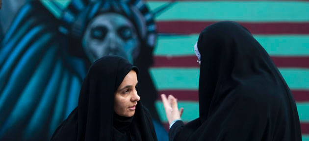 Mulheres iranianas diante de imagem anti-EUA. Como gesto de boa vontade, cartazes como este estão sendo retirados das ruas, pela prefeitura de Teerã