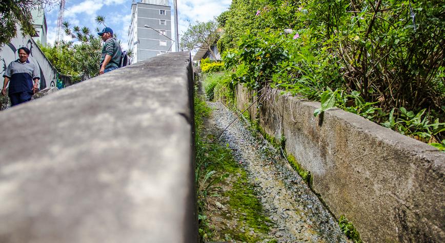 Ao lado da escadaria que liga a Rua Werner Sack à Rua Orós está uma das nascentes do Rio das Corujas. Os vigias que trabalham na guarita ao pé do morro garantem que a água jorra 24 horas por dia, 365 dias por ano
