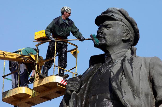Estatua de Lenin sendo lavada no estado indiano de Kerala