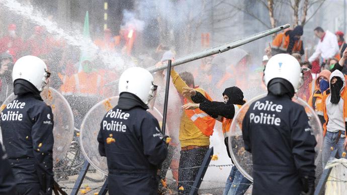Manifestantes se chocam com polícia durante protesto contra as medidas de austeridade, no centro de Bruxelas 04/04/2014