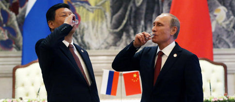 Xi Jinping e Vladmir Putin, presidentes da China e Rússia, brindam ao acordo para venda de gás. Mas estão de olho nos EUA e Alemanha.