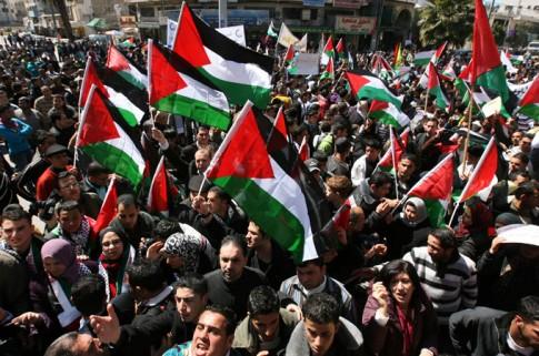 Manifestação pelo fim das divisões entre os grupos políticos palestinos, em 2011. Unidade nacional contra ocupação é desejo histórico dos movimentos sociais