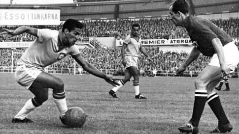 Garrincha prepara-se para driblar, na Copa do Mundo de 1958