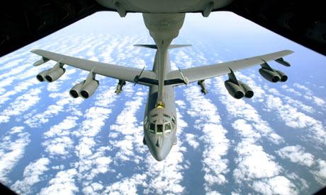 """Bombardeiro B-52 equipado com armas atômicas. Para Boaventura, """"várias agências de segurança [norte-americanas] fazem planos já para o Day After de um confronto nuclear"""""""