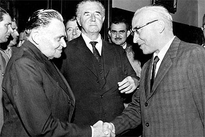 Castello Branco, primeiro ditador do período pós-64, é cumprimentado por Octávio Frias de Oliveira, proprietário da Folha da Manhã