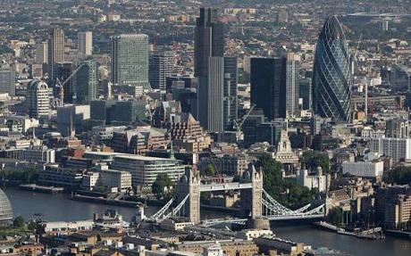"""À frente, a conhecida Torre de Londres. Ao fundo, a reluzente porém obscura """"City"""", núcléo da rede internacional de """"centros financeiros offshore"""""""