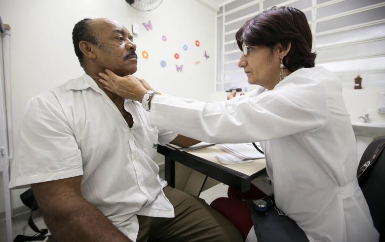 Conhecidos por sua dedicação, médicos cubanos (na foto, Maricel Mejias) expuseram conservadorismo de parte dos colegas brasileiros. Fizeram escola: em 2015, 92% das 4.146 vagas ofertadas pelo Mais Médicos foram preenchidas por profissionais  brasileiros