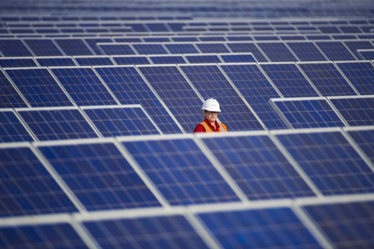 Painéis solares para geração direta de energia. Cada vez mais frequentes em países como Alemanha e China, eles ainda produzem apenas 0,00008% da eletricidade no Brasil