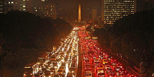 d3364df1e Pesquisa quantifica: em SP, cada habitante passa em média 100 minutos por  dia no trânsito, mais de 10% do tempo de vigília. Prejuízo econômico  equivale ao ...