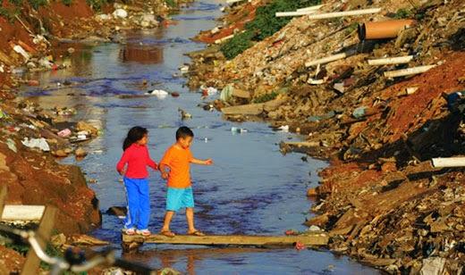 Apesar de avanços na última década 42,4% da população brasileira não têm acesso a saneamento, e 62% do esgoto não é tratado. Eventual privatização tende a eternizar este déficit, porque vincula serviço à capacidade aquisitiva dos moradores