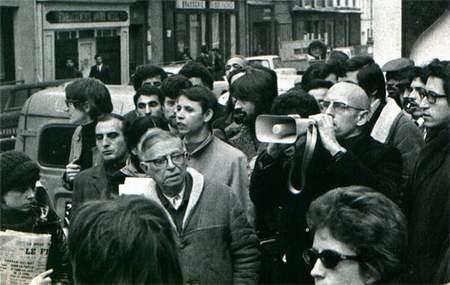 """Jean-Paul Sartre e Michel Foucault, em maio de 1968. """"No final da vida, quando percebeu que a filosofia e o saber possuíam um tempo de maturação mais longo do que a vida humana, Sartre resolveu fazer política"""", diz o texto"""