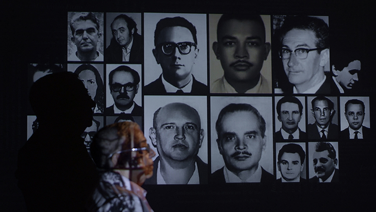 """Riquíssimo em informações sobre os """"anos de chumbo"""", <i>Pastor Cláudio</i> examina os circuitos da morte mantidos pela ditadura. Em <i>Elegia de um crime</i>, Cristiano Burlan revê a brutalidade de um feminicídio — o de sua mãe"""" class=""""wp-image-3009381″/></figure>        <p>Por <strong>José Geraldo Couto</strong>, no <a href="""