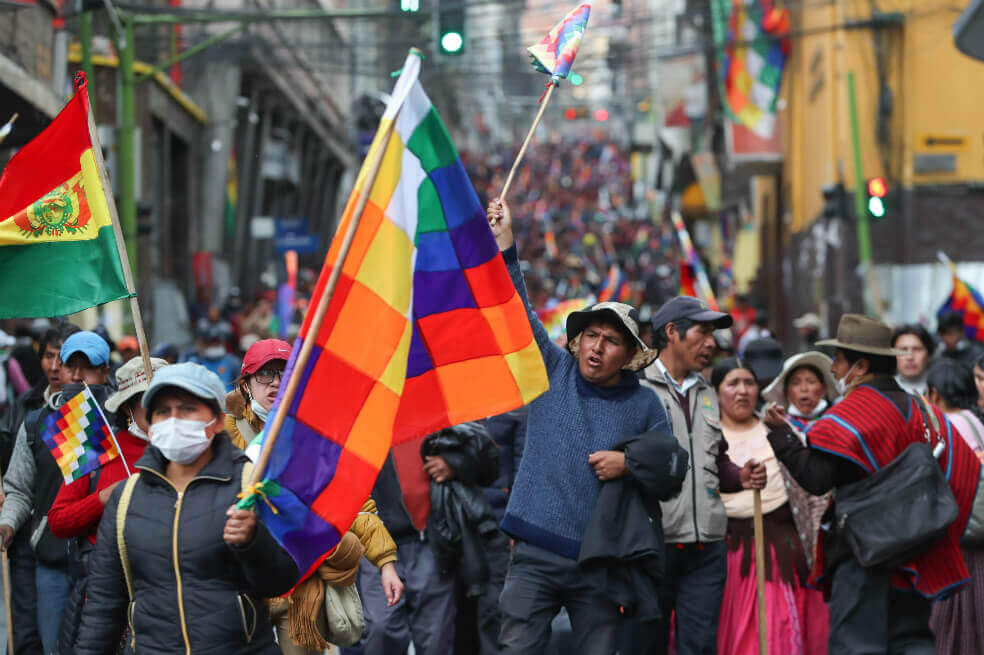 """Agora, até o <I>New York Times </i> admite: organização controlada pelos EUA acusou fraude eleitoral com base em análise — esta sim — distorcida. Foi o estopim para que polícias derrubassem governo legítimo"""" class=""""wp-image-3028731″/><figcaption>Manifestantes bolivianos pró-democracia tenta resistir ao golpe de 2019. Dezenas foram mortos pelo governo golpista</figcaption></figure>        <p>O instrumento central utilizado tanto pela  direita boliviana quanto por seus aliados do governo dos Estados Unidos  para justificar a invalidação da vitória de Morales por mais de dez  pontos percentuais foram duas auditorias realizadas pelo organismo  regional Organização dos Estados Americanos – um relatório preliminar publicado no dia 10 de novembro, um dia antes de Morales ser obrigado a deixar o país; e o <a href="""